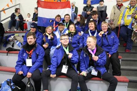 Derk Parra temidden van de Nederlandse schaatsers