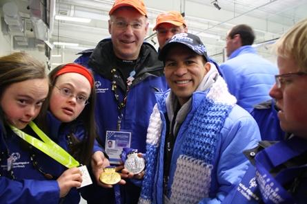 Sara en Judith en Derek Parra (coach van het Amerikaanse team) laten elkaar hun medailles zien.